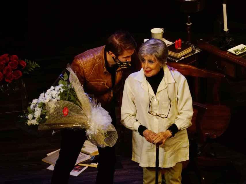 Manuel Martínez Velasco entregándole un ramo de flores a su madre en Logroño.