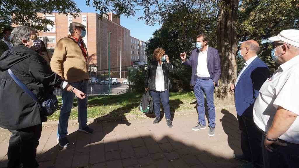 Óscar puente charla con los vecinos de Pajarillos en su vista a las obras realizadas