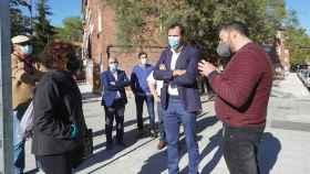 El alcalde de Valladolid escucha a algunos vecinos de Pajarillos en su visita a las obras