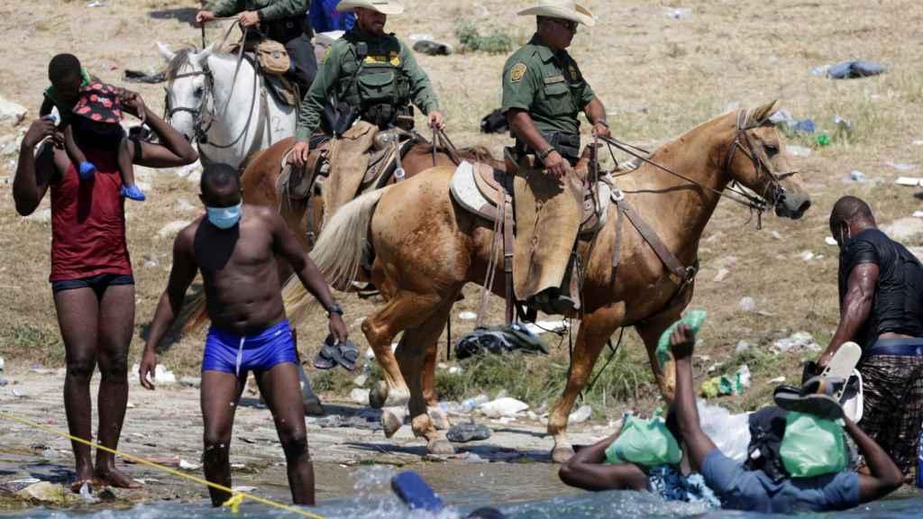 Agentes de la Patrulla Fronteriza vigilando a migrantes en Río Bravo.