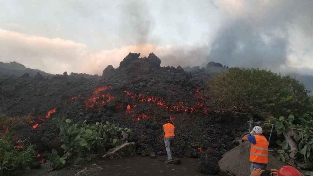 Los científicos de Involcan recogiendo muestras de lava.