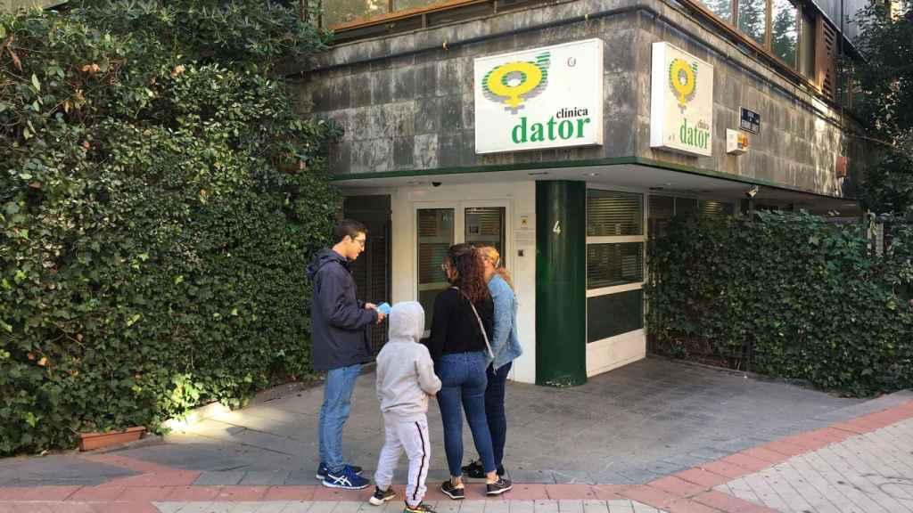 Bernardo junto a dos mujeres que pretenden entrar en la clínica Dator de Madrid.