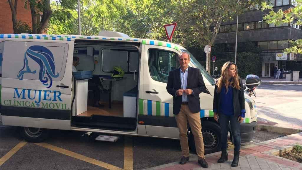 Luis Losada y Amelia Bueno junto al vehículo en el que ofrecen hacer ecografías.