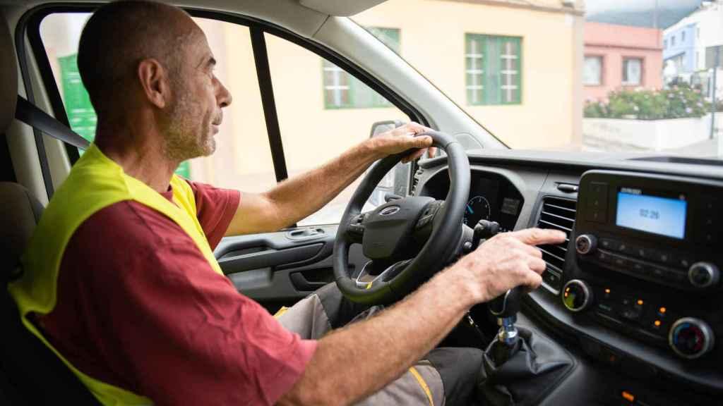 Pablo conduce su furgoneta, siempre por debajo de los 50 kilómetros por hora.
