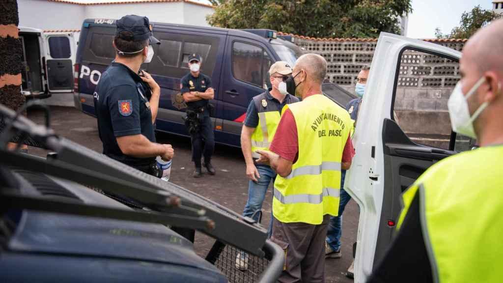 Pablo habla amigablemente con policías a los que les lleva avituallamiento.