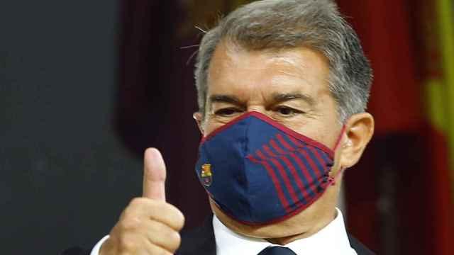 Joan Laporta, presidente del FC Barcelona, con el pulgar hacia arriba en el palco del Cádiz