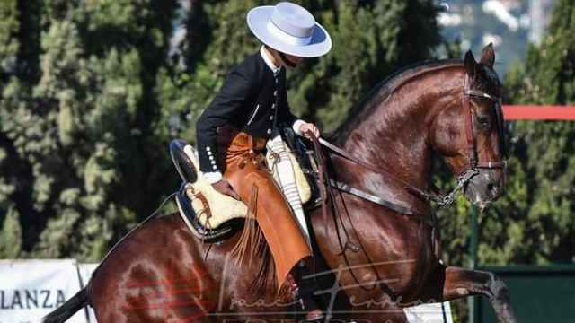 El joven fallecido a lomos de su caballo.