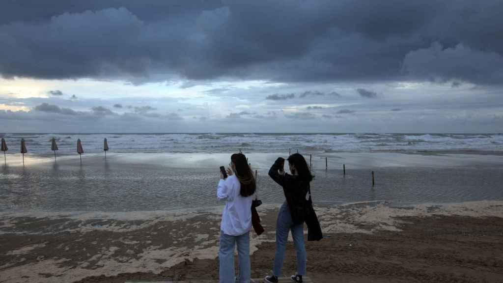 Aemet rebaja la alerta de nivel naranja a amarillo en la Comunidad Valenciana tras una noche con fuertes tormentas.