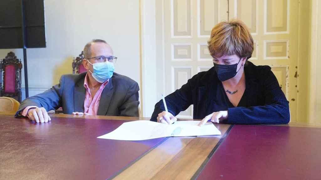 María Sánchez firma ante notario la adquisición municipal de Nevasa