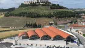 Bodegas Protos, con el castillo de  Peñafiel tras de sí