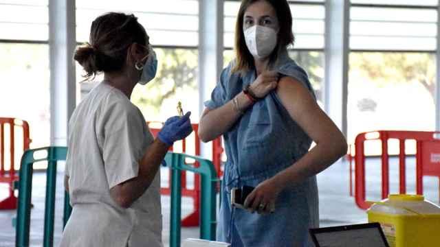 Una joven en la vacunación masiva de Ifeza en Zamora