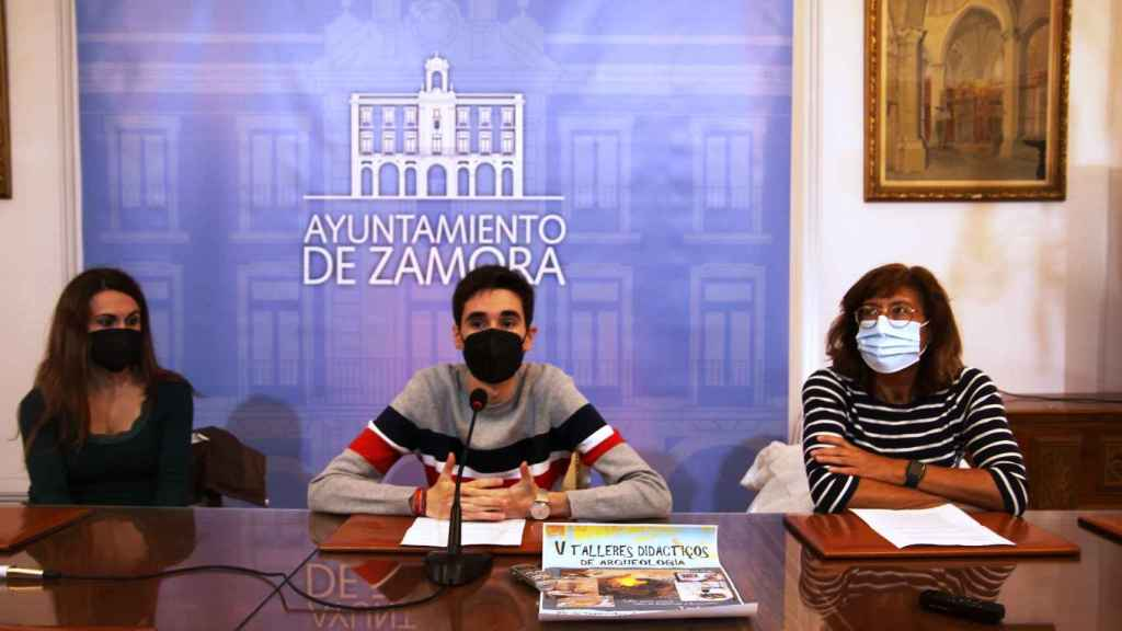 El concejal de Juventud, Sergio López, y Mª Dolores Vicente como representante de la Asociación Zamora Protohistórica