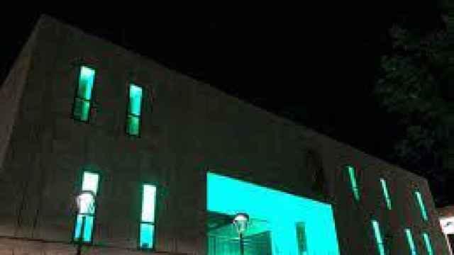 La fachada del edificio de la antigua Diputación iluminada en verde