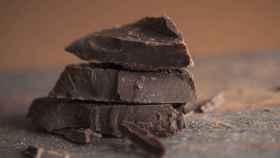 Onzas de chocolate negro apiladas una sobre otra.