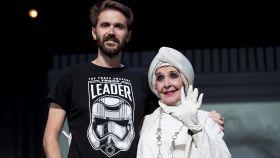 Concha Velasco junto a su hijo, Manuel Velasco, sobre el escenario en octubre de 2018.