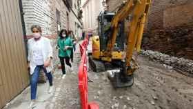 La alcaldesa de Toledo, Milagros Tolón, visitando las obras de la Bajada del Barco.