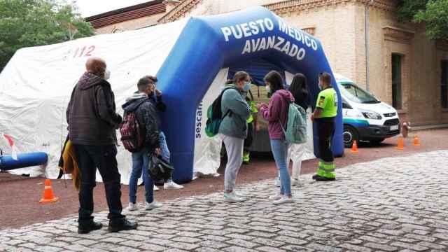 Varios jóvenes esperan a ser vacunados en el campus universitario de Toledo.