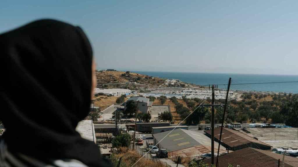 Mariam, refugiada afgana que llegó a Grecia hace dos años con su familia, se muestra preocupada por la salud mental de su hija.