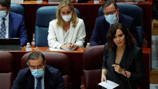 La presidenta de la Comunidad de Madrid, Isabel Díaz Ayuso (d, delante), interviene en el pleno de la Asamblea de Madrid, este jueves.
