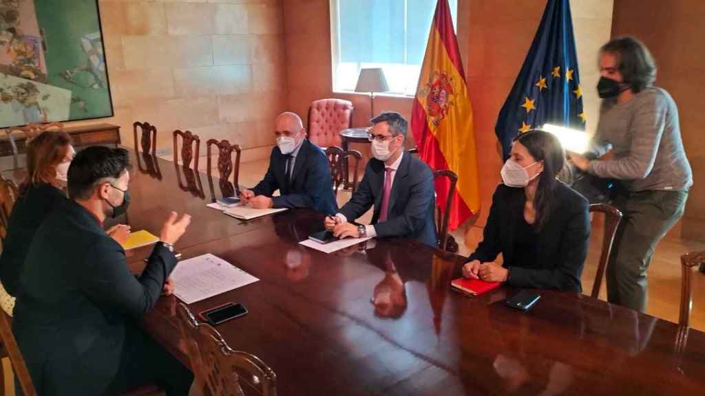 Félix Bolaños, ministro de la Presidencia, y la delegación gubernamental, reunidos con la de ERC, liderada por Gabriel Rufián.