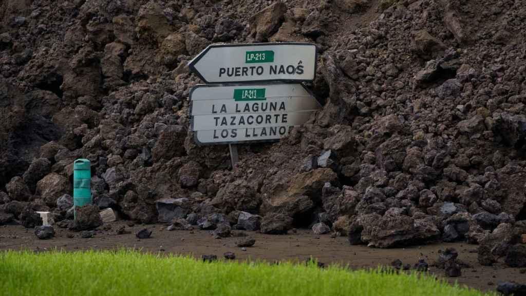 La colada de lava engullendo una carretera, en el municipio de Los Llanos (La Palma).