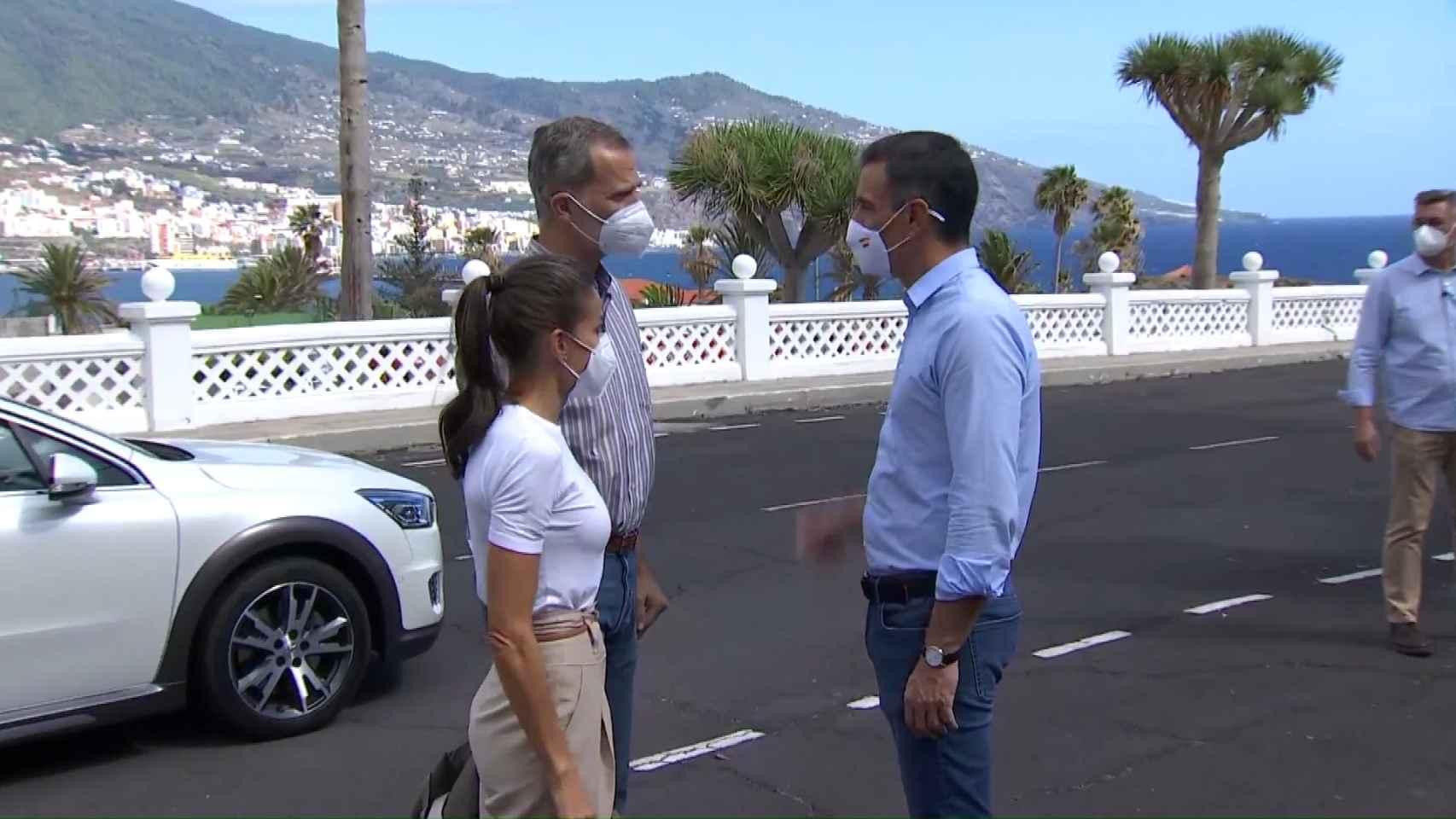 Los Reyes Felipe y Letizia, junto a Pedro Sánchez, visitan a los damnificados por la erupción de La Palma.