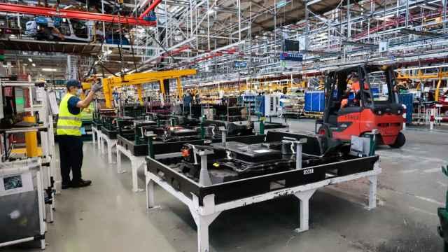 Un trabajador en una fábrica de Vigo.