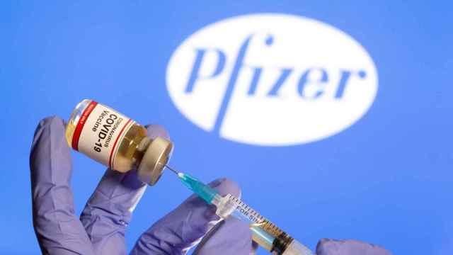 Una persona manipulando una dosis de Pfizer.