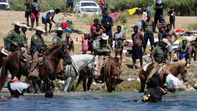 Agentes de la Patrulla Fronteriza vigilando a migrantes.