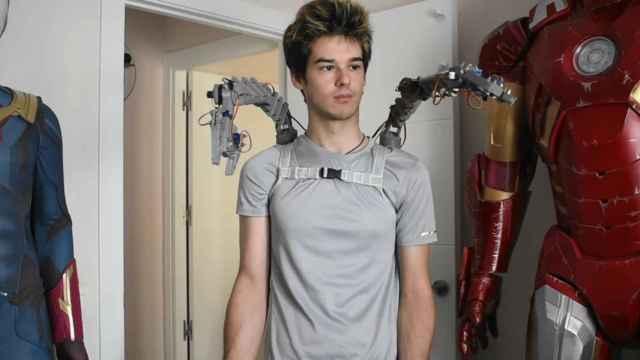 Tomás Castellanos probando los brazos mecánicos.