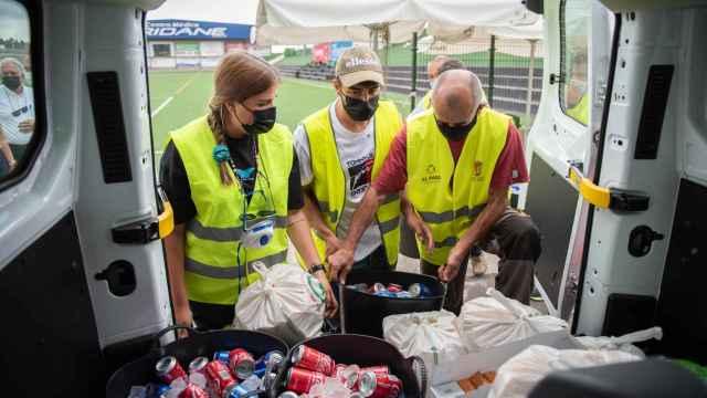 Pablo ayuda a otros voluntarios a cargar la furgoneta con el avituallamiento.