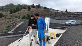 El vallisoletano Carlos Toledano, con sudadera negra, en La Palma, realizando las mediciones