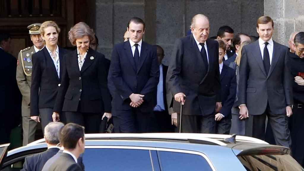 Los eméritos con la infanta Sofía y Pedro de Borbón-Dos Sicilias en el funeral del duque de Calabria.