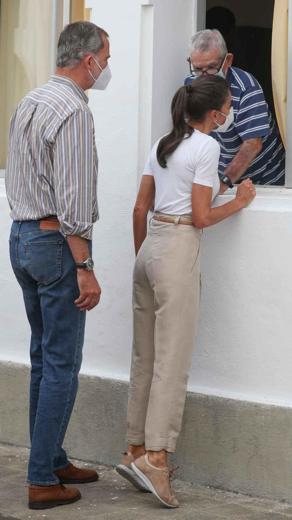 Los Reyes escogieron estilismos cómodos para ayudar a los habitantes de La Palma.