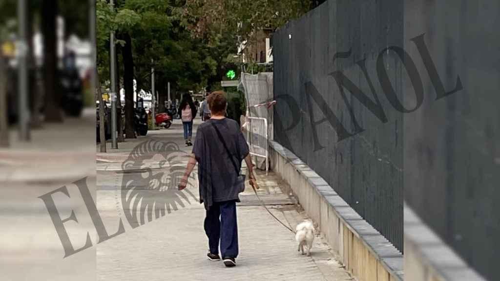 Verónica Forqué paseando a su perro por el barrio donde vive.