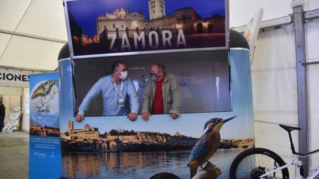 Jesús María Prada y Cristoph Strieder en uno de los stands con los que cuenta Zamora en la Feria Naturcyl
