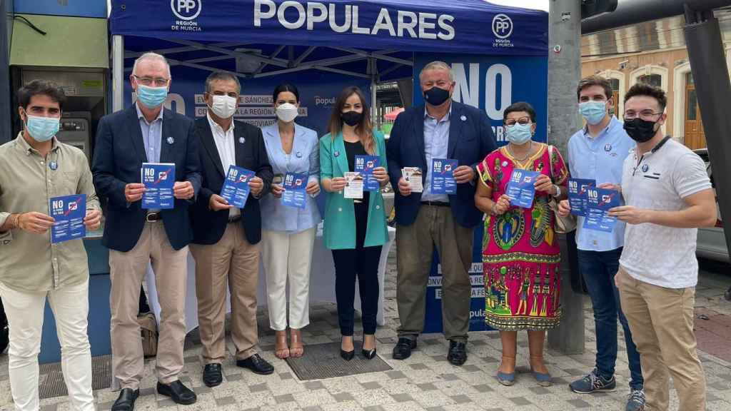 Diputados autonómicos y senadores populares, este viernes, en la estación de tren de Murcia.