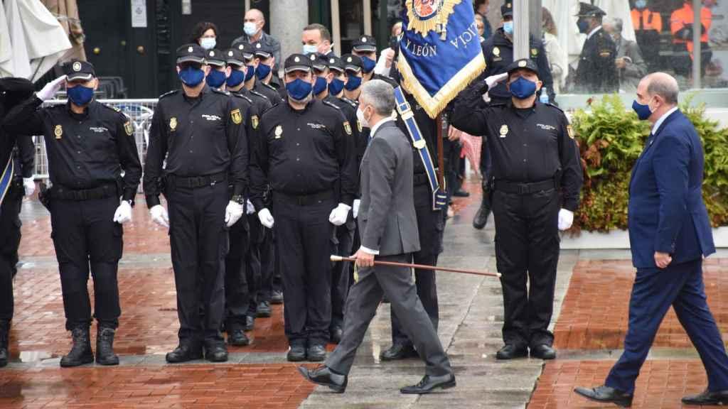 Marlaska pasando revista en el día de la  Policía Nacional