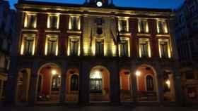 La fachada del Ayuntamiento de Zamora iluminada en color dorado