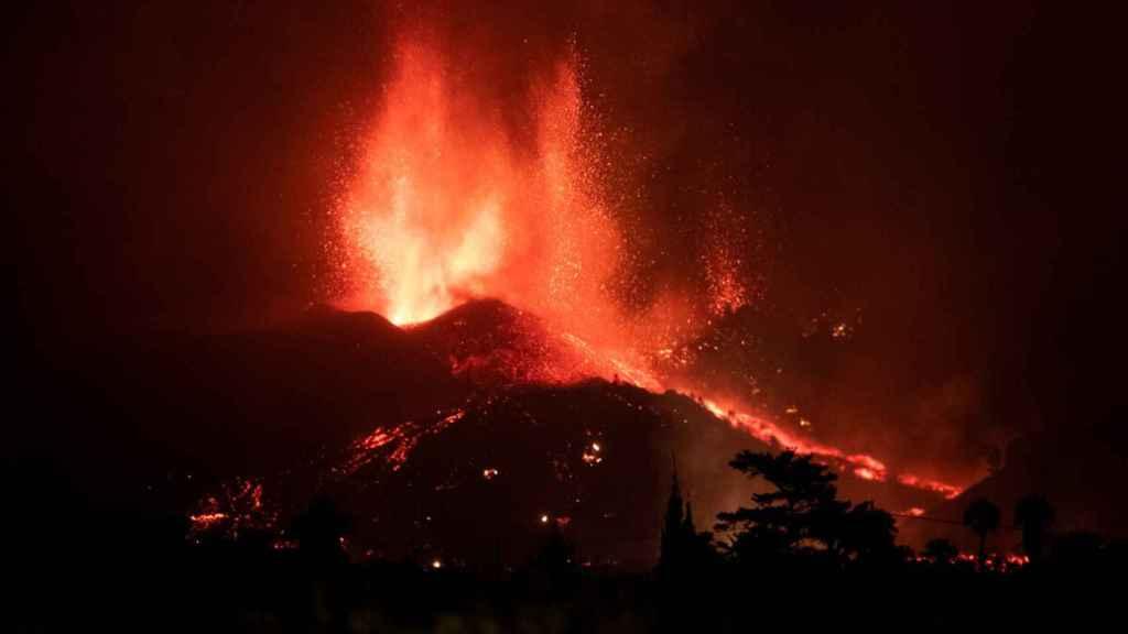 La primera noche de la erupción en La Palma, en imágenes.