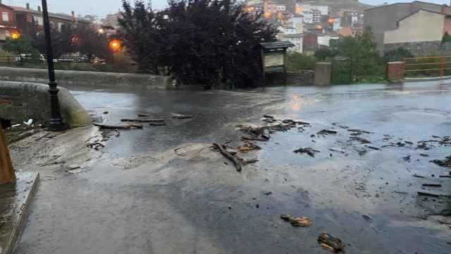 Destrozos causados por la crecida del río a su paso por Burgohondo