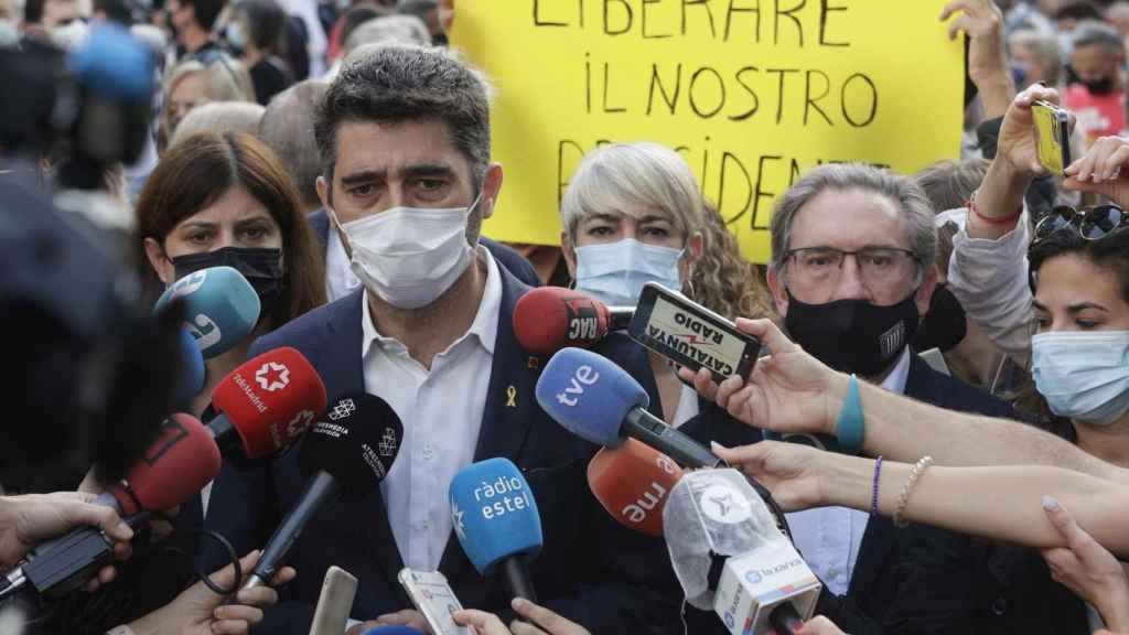 El vicepresidente Jordi Puigneró, durante la protesta contra el consulado italiano en Barcelona.