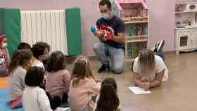 Los monitores junto a los niños en los talleres por la igualdad celebrados en Guijuelo