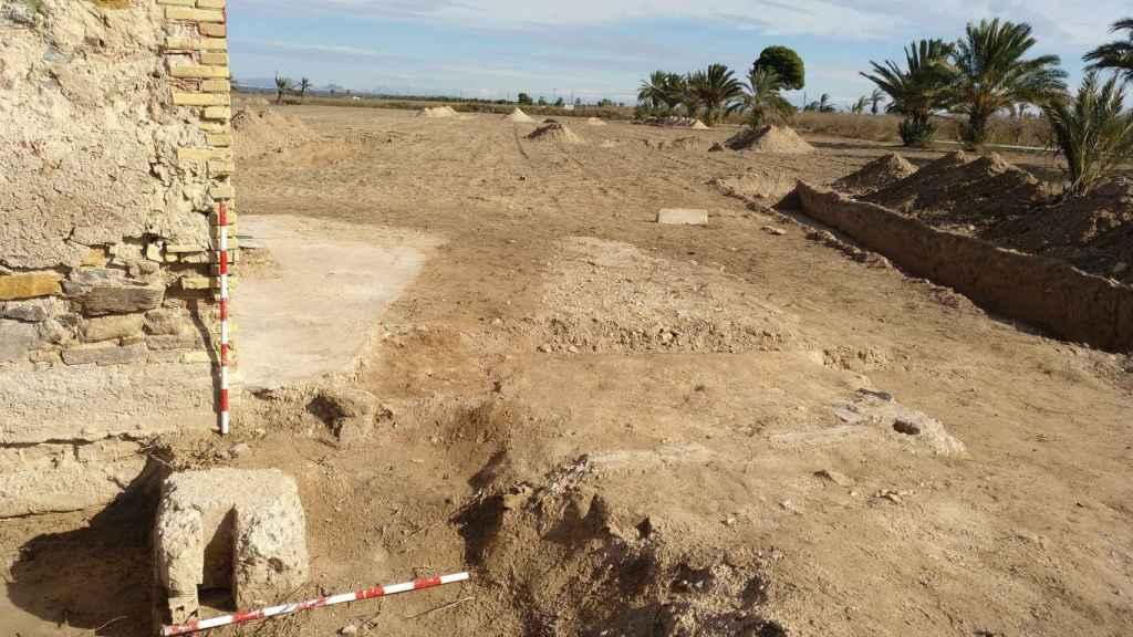 Excavación de las cimentaciones de un barracón junto al antiguo horno de pan