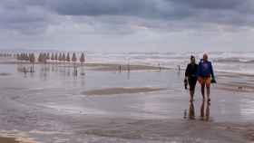 Gente paseando por una playa en Valencia, esta semana.