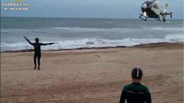 Operativo de búsqueda de la Guardia Civil para encontrar el cuerpo de un joven en una playa de Torrevieja