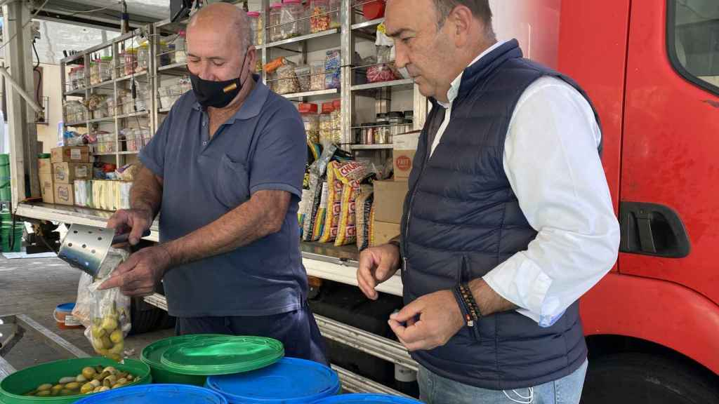 Miguel Ángel de Vicente, presidente de la Diputación de Segovia, visita un puesto de venta ambulante