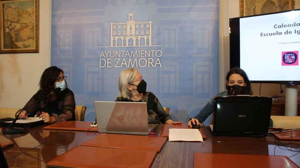 La concejala de Igualdad, Carmen Álvarez, junto con la agente de igualdad, Anahí Martín, y la formadora, Paula Santos