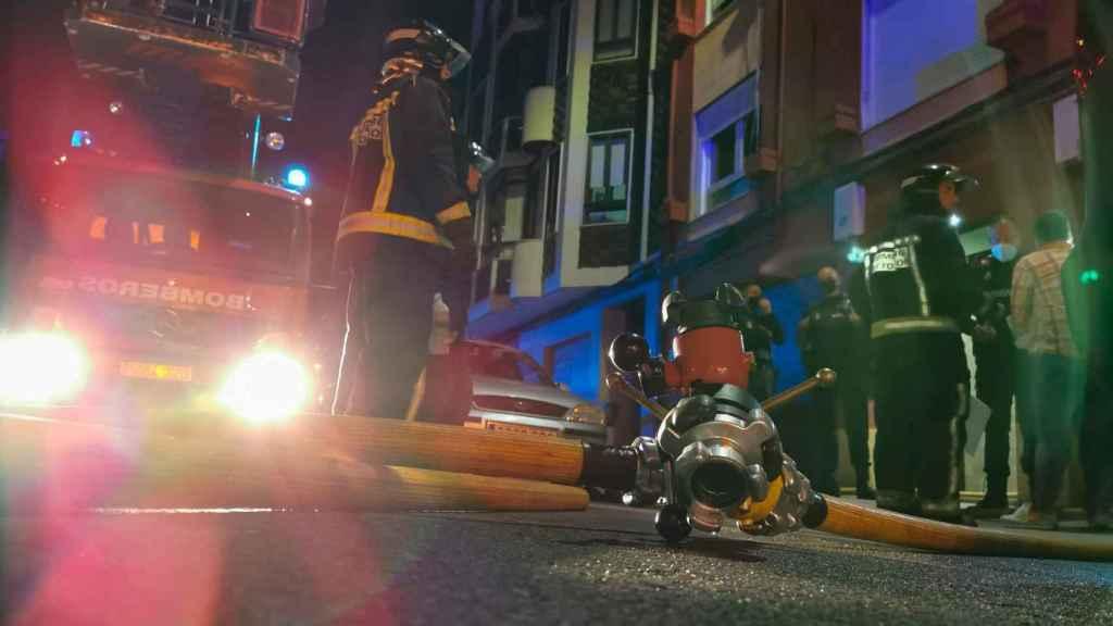Bomberos de León durante la intervención en el incendio de la vivienda