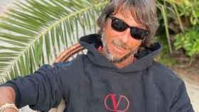 Pierpaolo Piccioni, diseñador de Valentino, con la última sudadera de la marca.